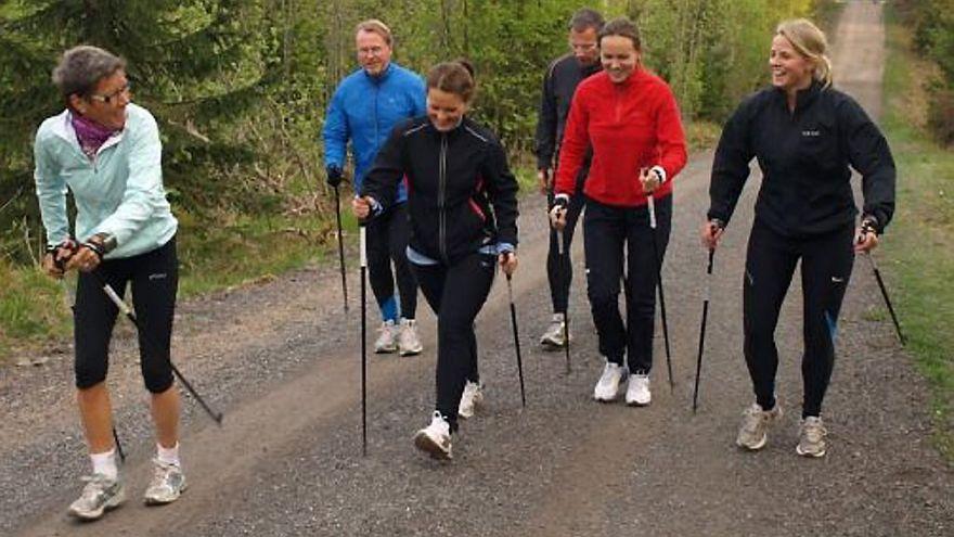 Ingrid Kristiansen ute og trener en gruppe i stavgang. Foto: Iselin Øverbø ( Trening.no )